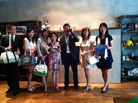 國泰航空的高階主管們發表「歡慶55」活動,將贈送55張台港來回機票!