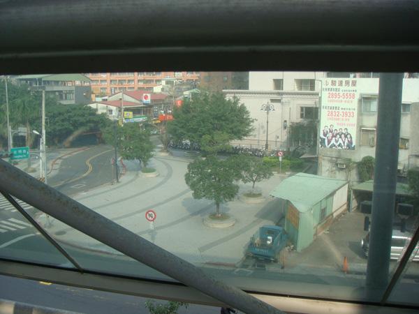玻璃外的廣場