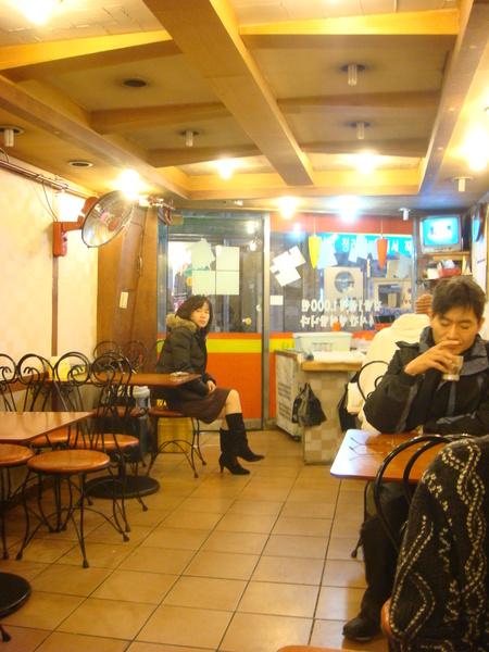 店家的樣子, 順便可以看到韓國人的穿著