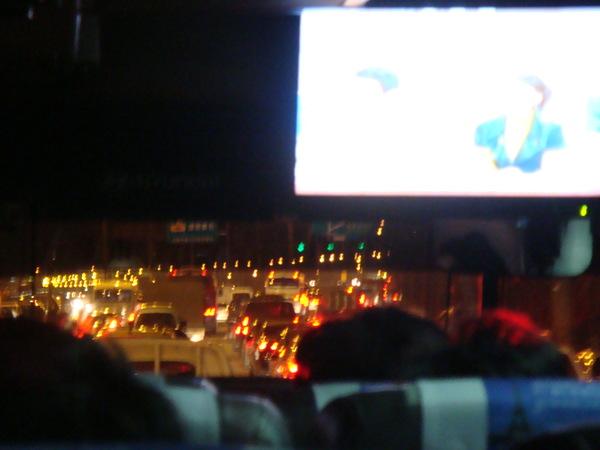 韓國的公車上拍的, 有電視, 有塞車