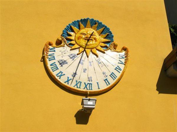 人家牆上的日晷..不過晚上怎麼看.打燈??