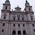 3/4 主教廣場上看Salzburg Dom
