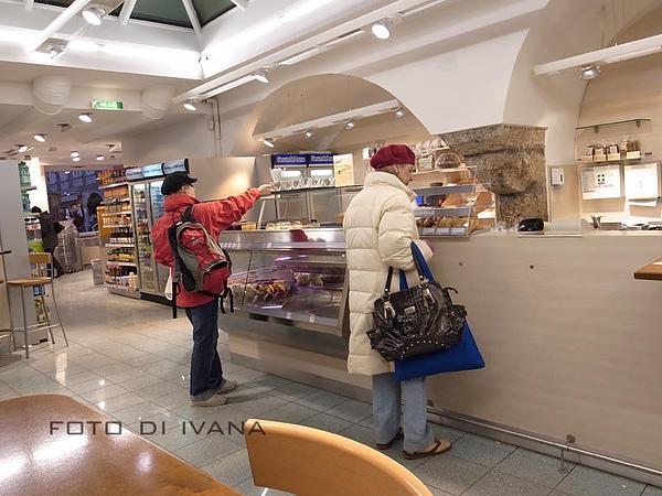 3/4 Universtitats platz 的dm超市內部竟有餐廳
