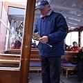 3/5 船上導覽員用小喇叭示範回音壁多次回音