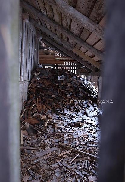 3/5 柴房內的柴薪吹滿風雪