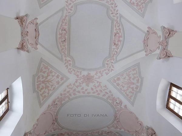 3/5 粉色的浮雕在白底下真格外的優雅