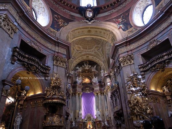 3/8 華麗的巴洛克裝飾金+紫色祭壇整個~~~~(那紫色是因為祭壇整修)