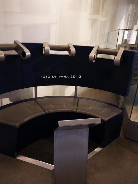 3/11 音響沙發.把頭擺在金屬喇叭中間!就有導覽