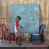 阿卡族小朋友正在練習寫中文