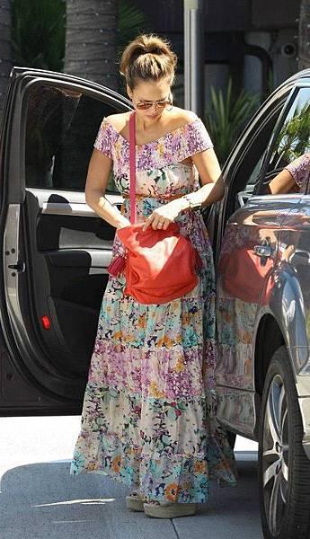 Jessica Alba潔西卡 艾爾芭- Flamenco bag in Coral.jpg