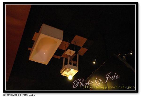 nEO_IMG_梅‧韋斯特的房間上方有浴室.jpg