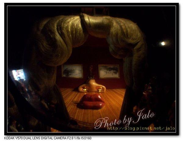 nEO_IMG_透過凸透鏡看梅‧韋斯特的房間.jpg