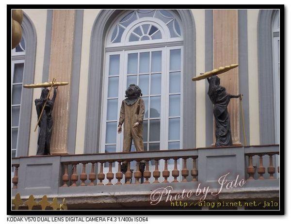 nEO_IMG_達利劇場美術館-4-陽台拿著棍棒麵包的黑衣使者跟太空人.jpg
