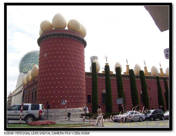 nEO_IMG_達利劇場美術館背面-屋頂有雞蛋裝飾的建築-1.jpg