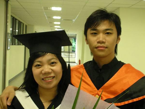 3.有心的陳桑特地穿著碩士服來學校找我.JPG