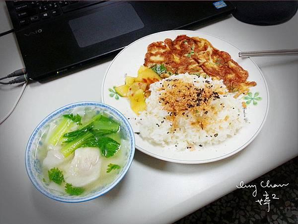 今日午餐:九層塔香煎麻油蛋、涼拌辣黃瓜、關東煮餛飩湯……簡單就是幸福^^