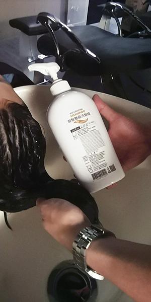 健髮豐盈洗髮精洗頭