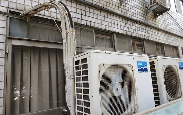 冷氣室外機銅管外露