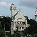 旁邊像城堡的建築物