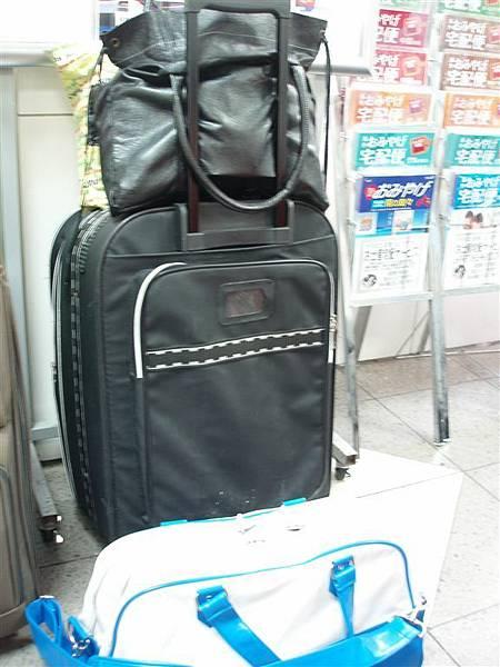 日暮里站<等待SKYLINER中,卡的行李們
