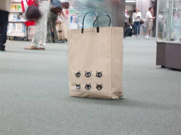 成田機場<一度被懷疑難道是爆裂物的小貓袋...