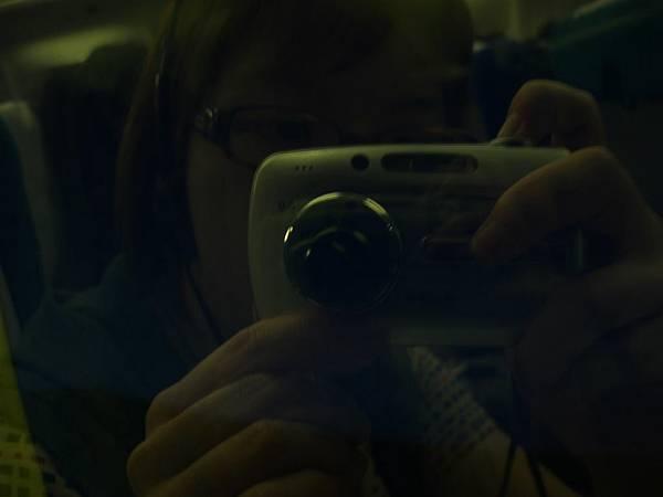 飛機上<黑漆漆,坐窗邊也沒用T_T