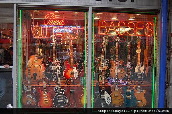 櫥窗裡的吉他