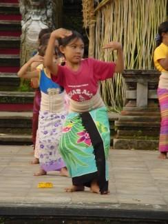 練習傳統舞的小女孩