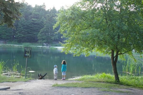 Bolu湖畔的小孩