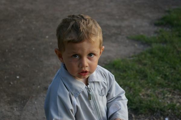 湖畔小男孩