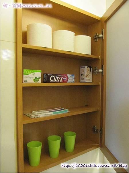 廁所的櫃子裏有牙刷+牙膏+肥皂...等