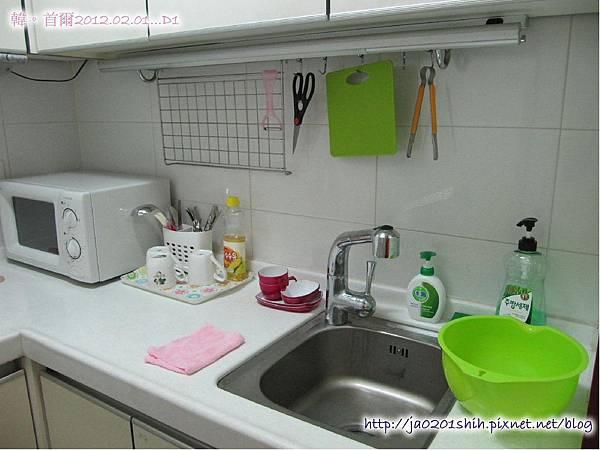 小廚房,上面櫃子裏還有碗及鍋子
