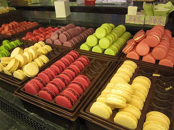 Laduree-Parisian-Macarons-New-York-10_5