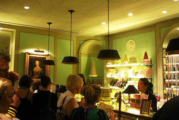 laduree-new-york-crowd