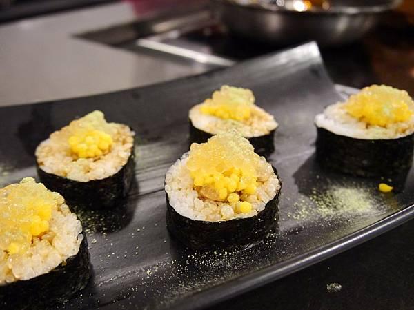 嫩煎鴨肝鳳梨薄片壽司捲_鴨肝魚子醬