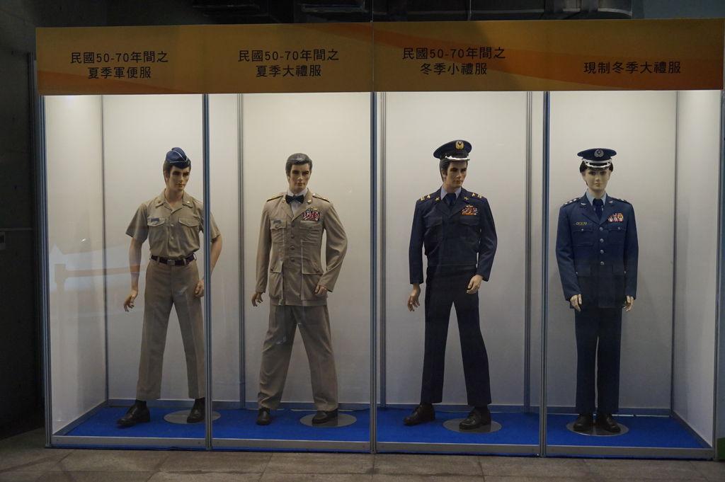 09帥氣軍服~麻豆穿的不太合身.JPG