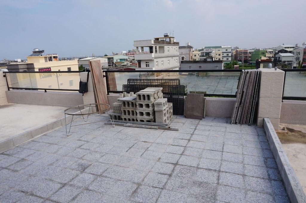 01新家頂樓花園~空心磚及花架石板的搬移記(20180722拍攝).JPG