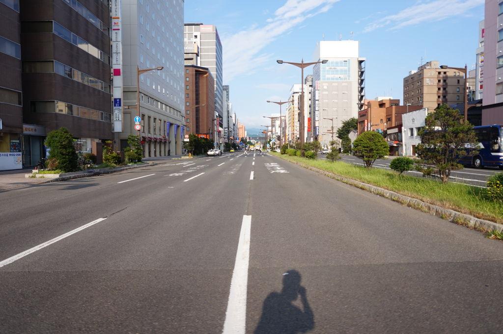 04一大早~馬路沒什麼車~過馬路隨興拍攝.JPG