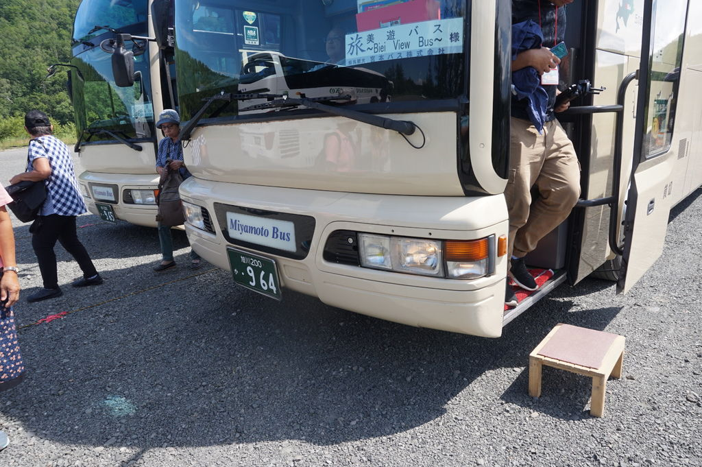 06巴士很貼~擺了小板凳~讓乘客下車方便.JPG