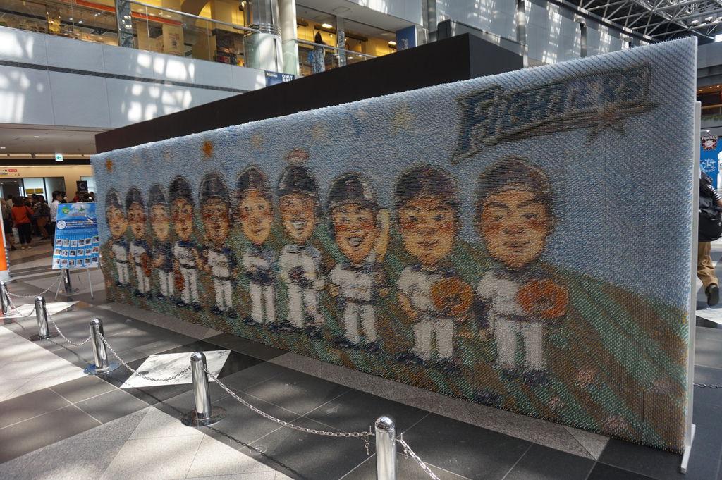 07新千歲機場~特別的棒球球員看板~使用一根一根不同顏色棒子組合而成的.JPG