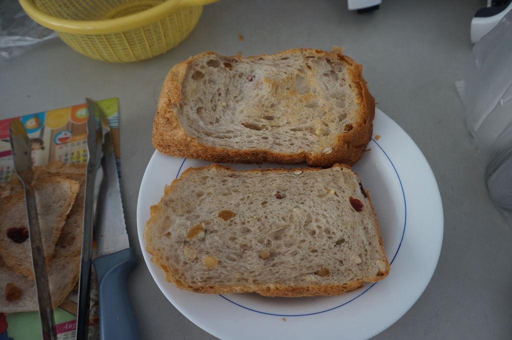 02自己使用麵包機製作的土司~稍微烤過了.JPG