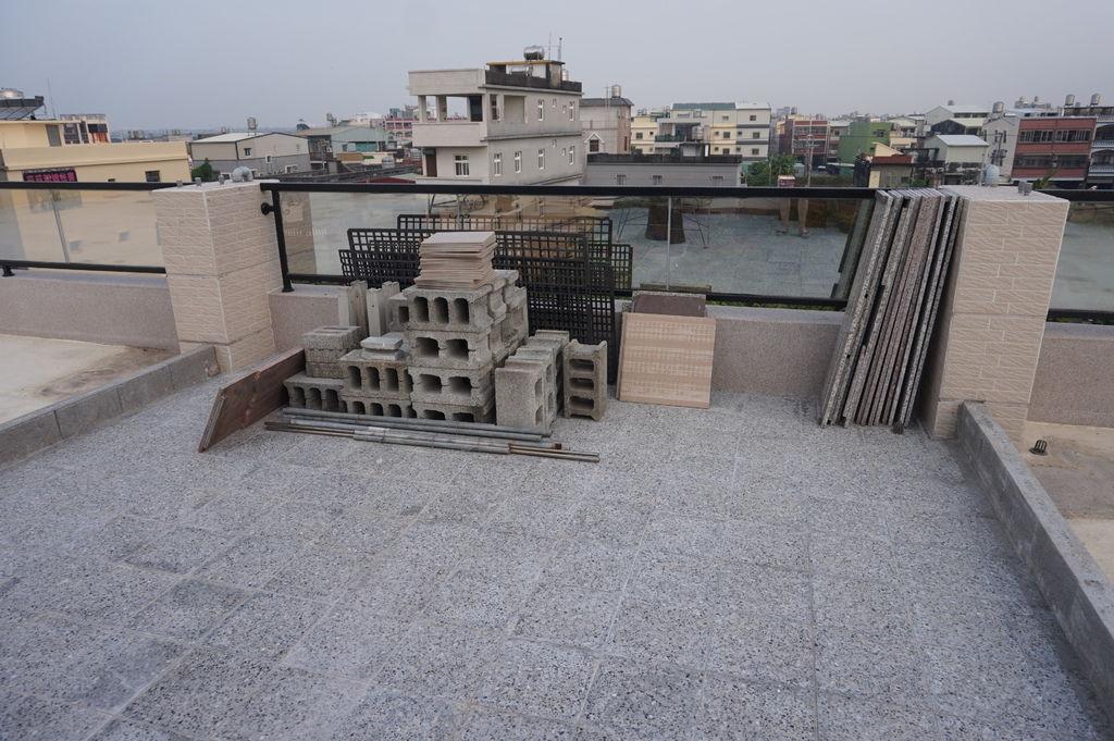 01新家頂樓花園建置-花架與空心磚儲放很久~終於要開始動工了(20181020拍攝).JPG