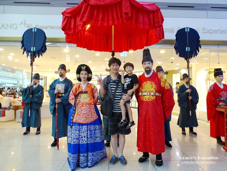 韓國仁川機場居然能和皇宮出巡對拍照?!再拿免費禮品回台灣。
