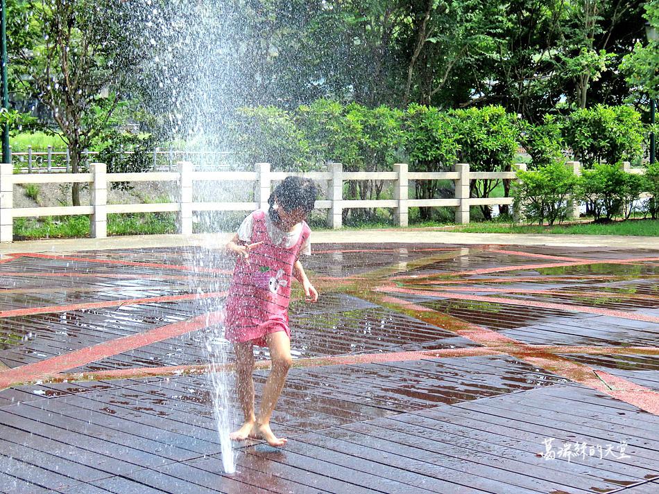 北部免費玩水景點-暖暖親水公園 (14).jpg