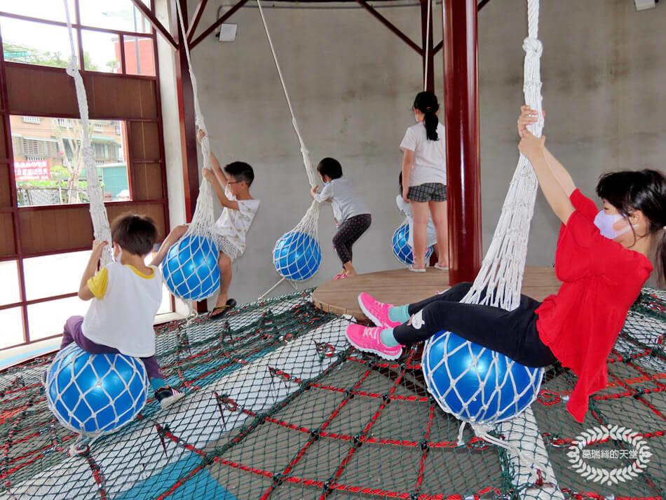 新開放特色公園,全齡化大人也可以玩!機器人主題遊戲塔,吊繩球特殊又有趣