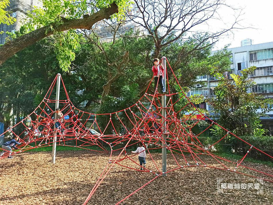 台北最新特色公園-青年公園-飛行探索遊戲場 (12).jpg