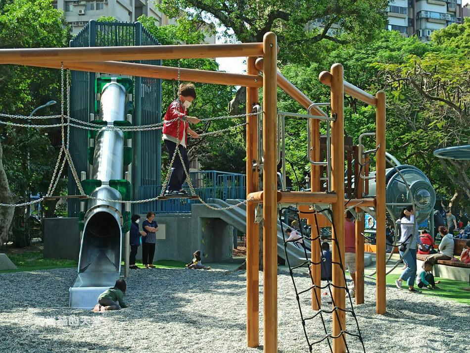 台北最新特色公園-青年公園-飛行探索遊戲場 (19).jpg