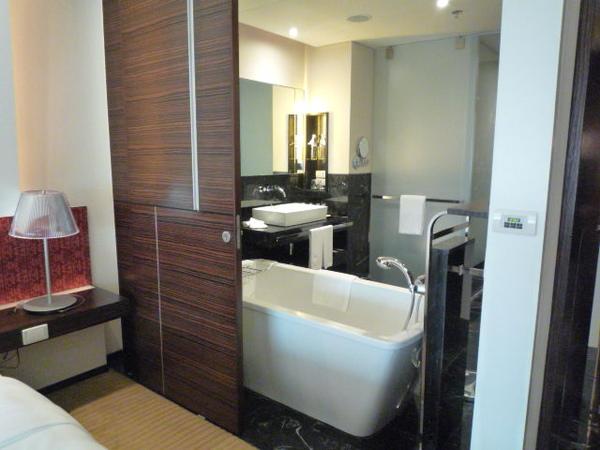 Hotel-Le Meridien-房內可打開的廁所隔間 02.JPG