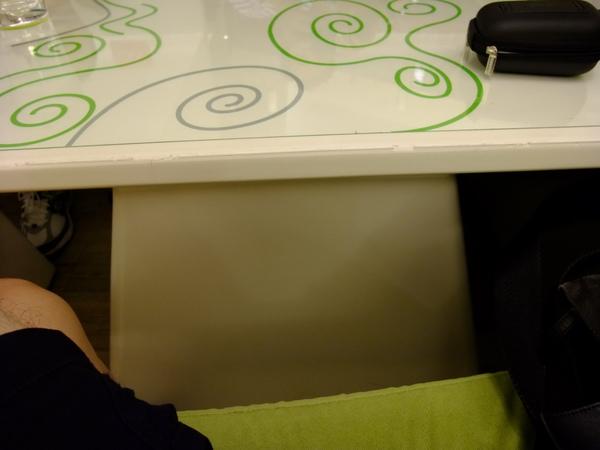 老家麵包-室內的桌子不好坐.jpg