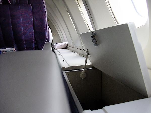 01-08-座位旁的置物櫃.JPG